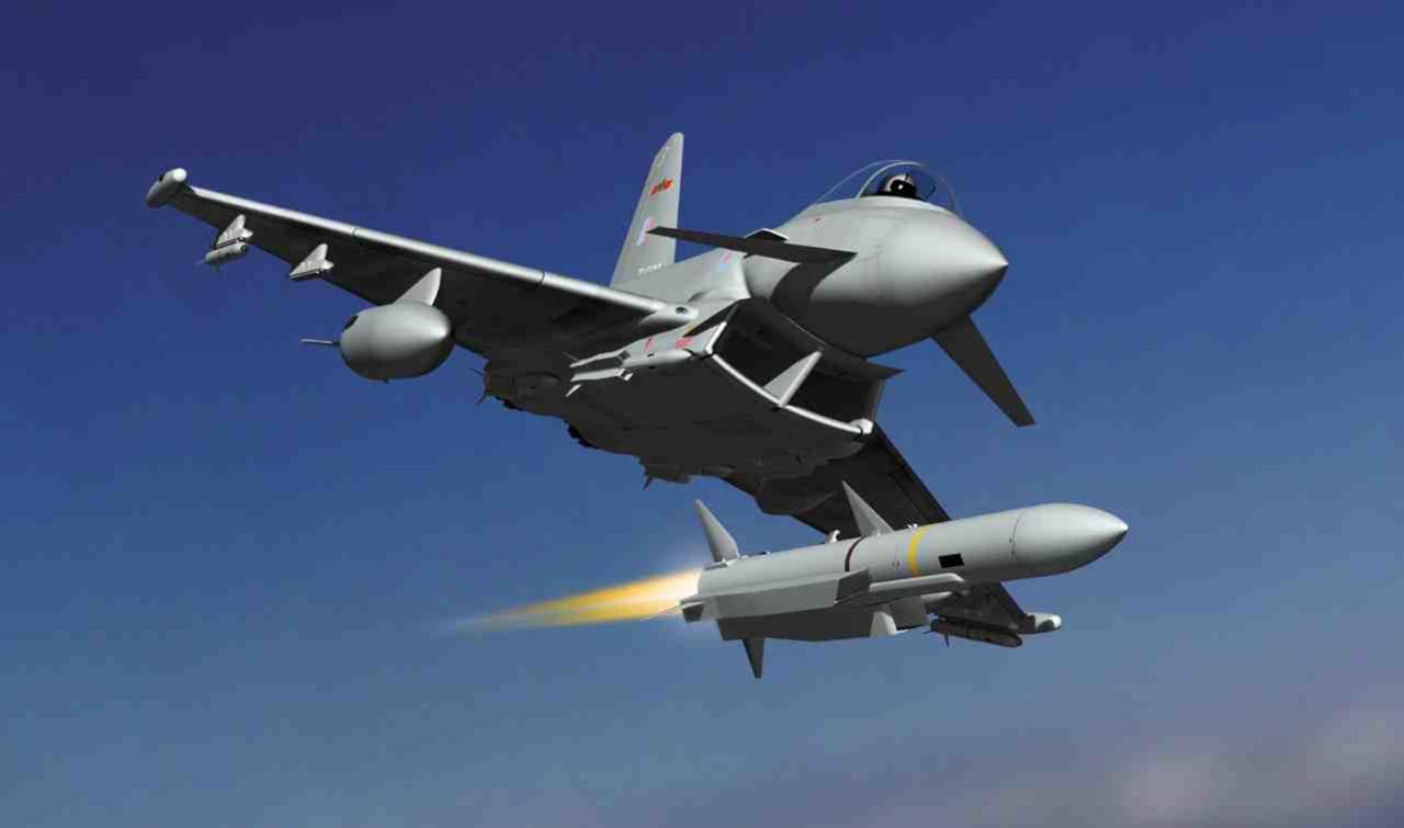 صورة الجنس اللطيف يقود الطائرات الحربية في قطر
