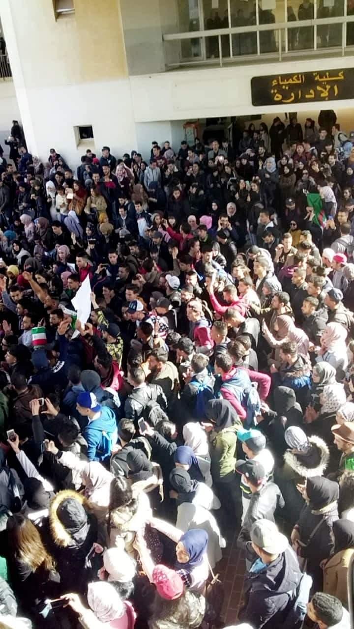 """صورة طلبة الجامعات الجزاىرية يهتفون في مسيرات حاشدة """"لا للعهدة الخامسة"""""""