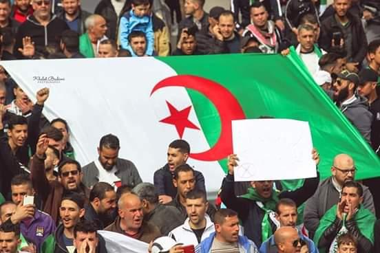 صورة الرئيس الجزائري عبد العزيز بوتفليقة يستقيل
