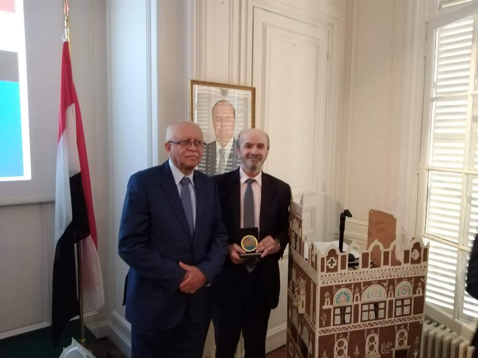 صورة السفير اليمني بباريس يكرم منظمة اطباء بلاحدود